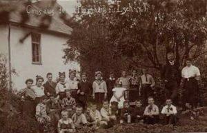 Pfarrer Gros mit Schülern und Familie