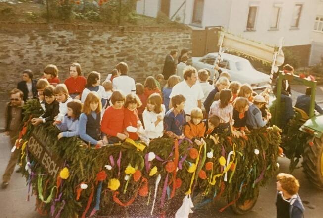 Der Kinderchor beim Kerbezug 1970er/1980er Jahre. Foto von Edith und Theo Weller