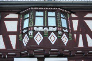 Ornamente im Fachwerk des Hauses Kirchgasse 1, um 2010