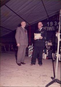 Karl Bund erhält beim Feuerwehrfest 1984 eine Auszeichnung von Otto Baum. Foto: Fam. Bund