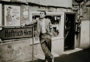 """Heinz Moog vor dem Laden """"Gerndt"""" im Haus von """"Moose Fritz"""", 1950er/1960er Jahre. Foto von Franziska Moog"""