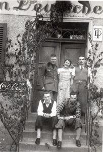 Ausflugsgesellschaft u.a. Walter Ott und Paul WIssig, vor Deutschem Haus 1937