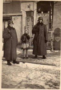 Wehrmachtssoldaten 1940 beim Gasthaus Zum Taunus, mit Tankstelle. Foto: R. Wick
