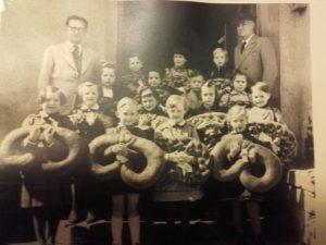 Einschulung 1954 mit den Lehrern Blumentritt und Keffert und u.a. Gerhard Ott, Achim Diehl, Annerose Schneider u.v.m.