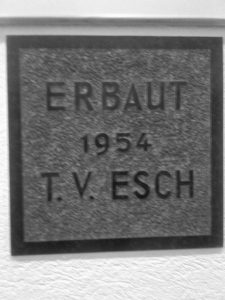 Gedenkstein zum Baubeginn der Turnhalle, 1954. Nach dem Abriss der Turnhalle im DGH installiert.
