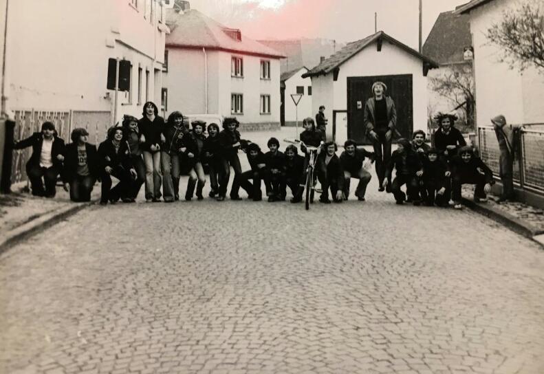 Konfirmandengruppe 1978 in der Hofgasse. Im Hintergrund das Milchhäuschen. Foto: Edith und Theo Weller