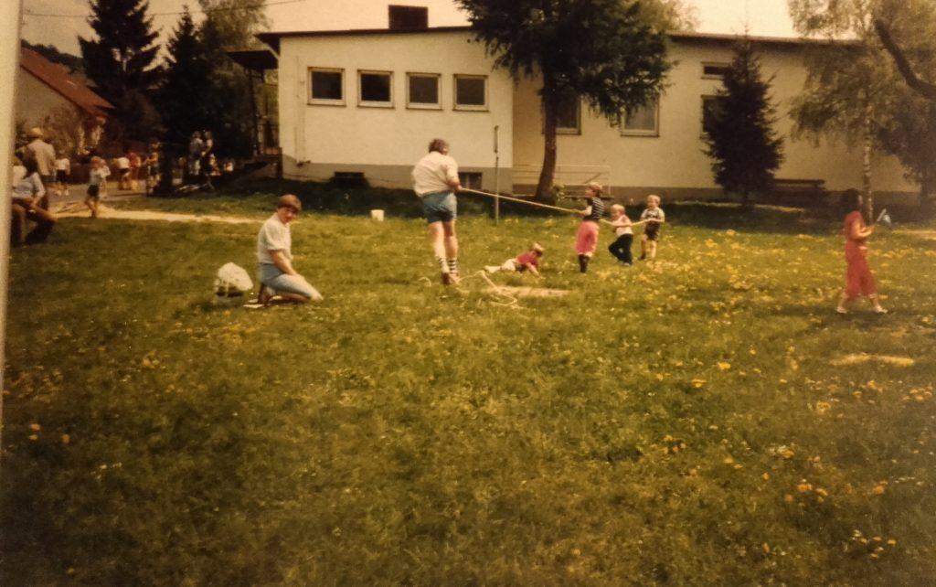 Tauziehen beim Kindergartenfest 1984, im Hintergrund der Kindergarten vor dem letzten Umbau