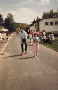 Kindergartenfest 1984, Dosenlaufen. Im Bild Gerhard Ott und Christine Schwed