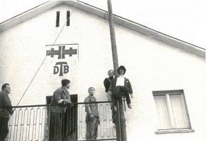 Der Schlackes wird am Krebebaum befestigt, vor der Turnhalle, Kerb 1968. Foto von Familie Ott