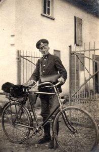 Der Postbote Julius Fischer mit seinem Fahrrad, 1938. Foto von Irmgard Pfeil
